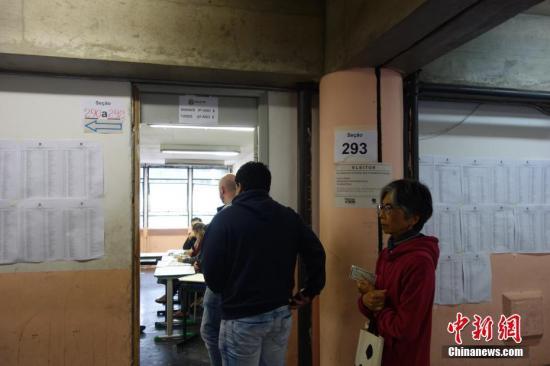 选民在巴西圣保罗一个投票站排队参加投票。