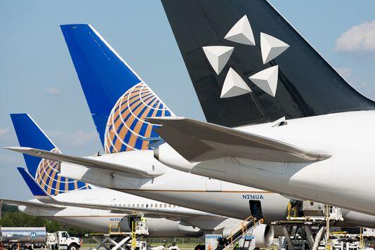 美国联合航空飞机紧急迫降 疑似因引擎爆炸