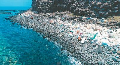塑料垃圾成堆,威胁台湾海洋生态。(图片来自网络) 台湾周边海域近年饱受海洋垃圾威胁,连知名景观马祖蓝眼泪都被垃圾掩盖而欲哭无泪。问题究竟有多严重?台湾黑潮海洋文教基金会与海洋大学今年合作开展岛航计划,以目视法进行海洋漂流垃圾调查,有高达76%的航次目击到海漂垃圾,共记录到698件,其中以塑料类垃圾占比最高,达66%。调查还发现,台湾本岛东北角至北海岸、兰屿海域的海漂垃圾密度较高。 宝岛已被垃圾包围 据台媒报道,台湾的金门、马祖、澎湖等地是海洋垃圾的重灾区,那里的海边已不再是记忆中细砂与浪花共舞