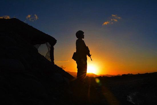 边防某团詹娘舍哨所战士的背影