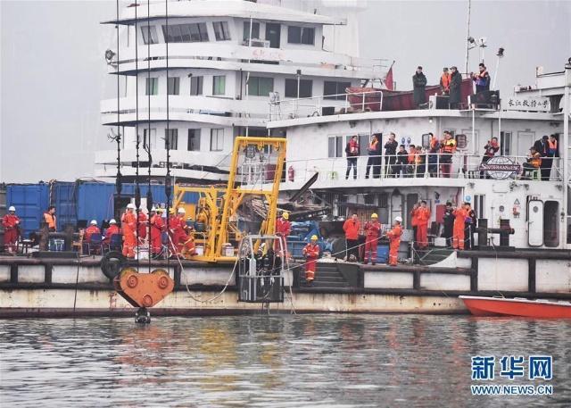 重庆万州公交车坠江事故救援现场。(图源:新华网).jpg