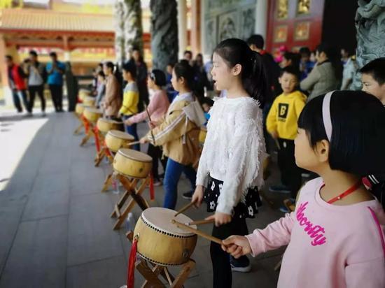 台湾孩子在打鼓