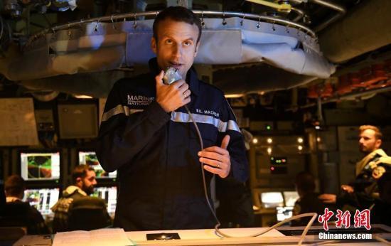 """资料图:法国总统马克龙视察法国战略导弹核潜艇""""可畏""""(Le Terrible)号。"""