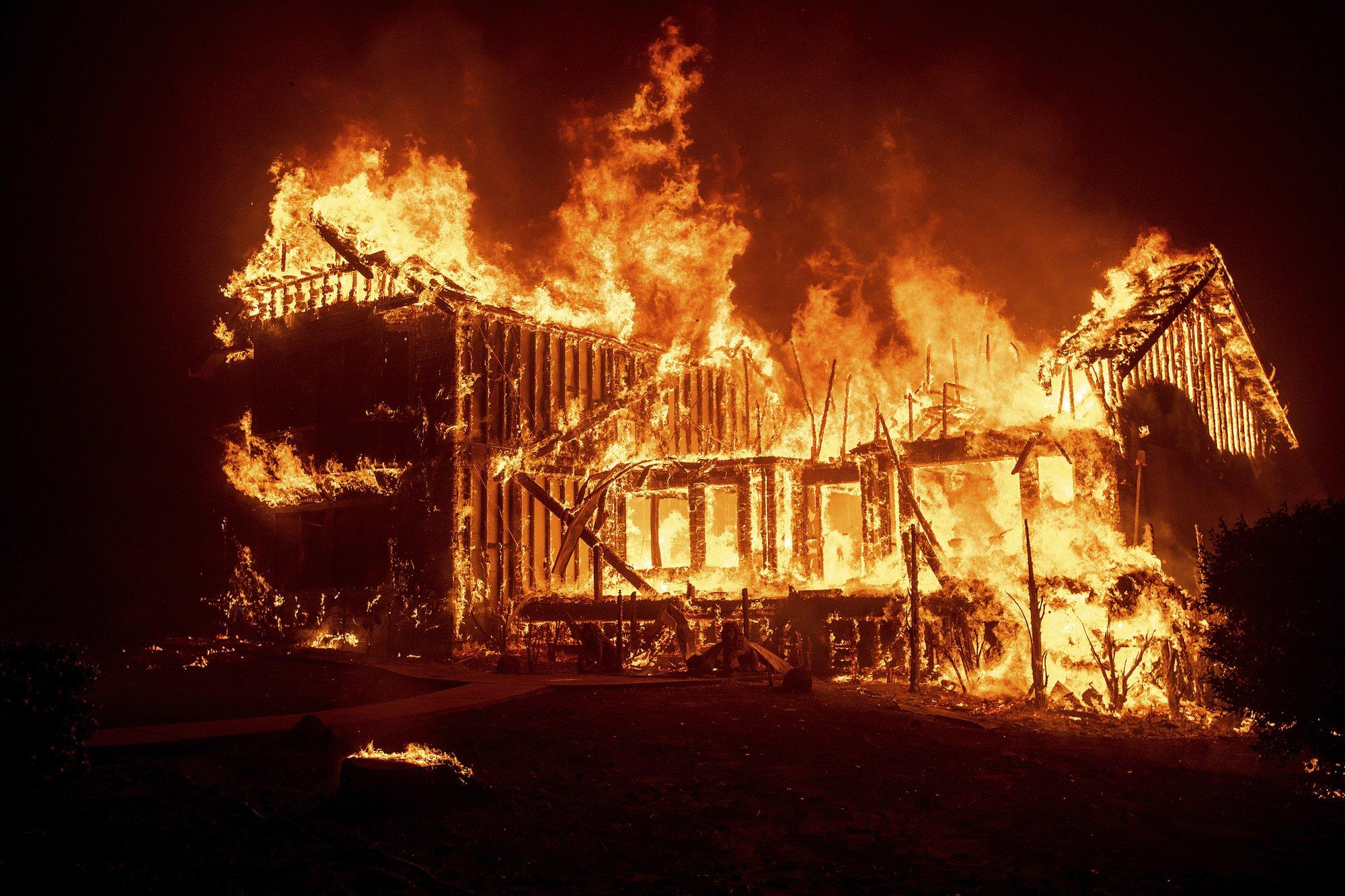 """美国加州山火已致死11人 20万人紧急逃离""""火海"""""""