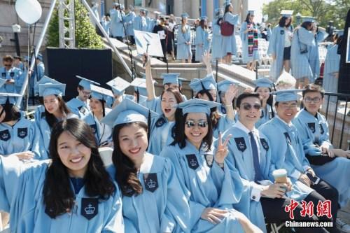 当地时间5月17日,哥伦比亚大学毕业典礼上的中国留学生。当日,纽约哥伦比亚大学在校园举行毕业典礼,15000余名学生学成毕业。 <a target=&#39;_blank&#39; href=&#39;http://www.chinanews.com.asl8.net/&#39;>中新社</a>记者 廖攀 摄