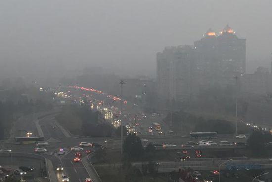 雾霾下的北京市建国门桥。图源:中新社.jpg