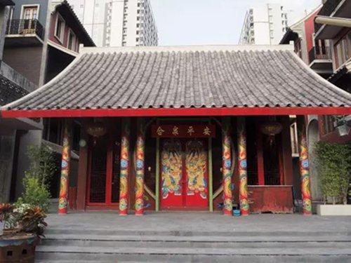 在朱拉的中国城,举头望明月,低头剥小龙虾1.jpg