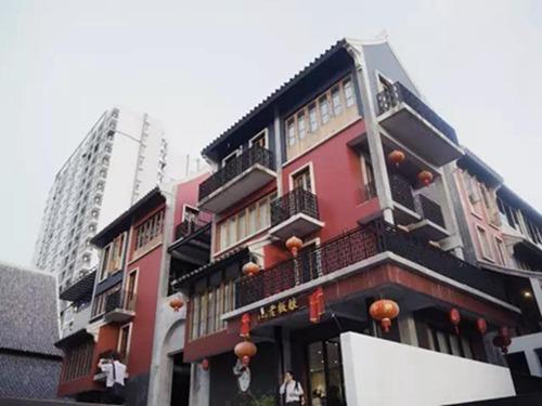 在朱拉的中国城,举头望明月,低头剥小龙虾2.jpg