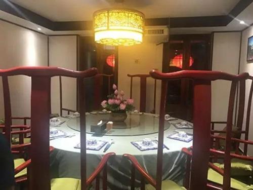 在朱拉的中国城,举头望明月,低头剥小龙虾3.jpg