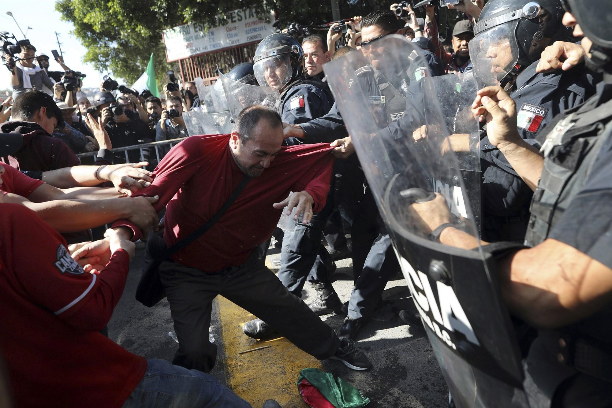 数千名移民滞留墨西哥 当地居民示威轰他们 quot;出去 quot;