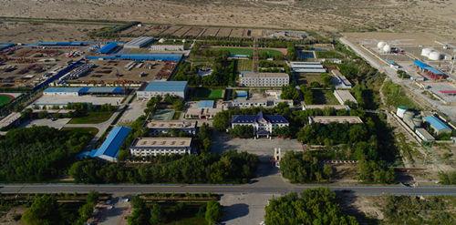 图为大漠戈壁中的采油一厂基地.jpg