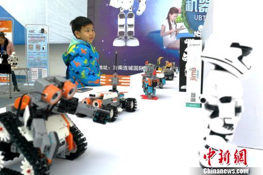 图为展会上的智能机器人吸引小朋友关注。 梁犇 摄