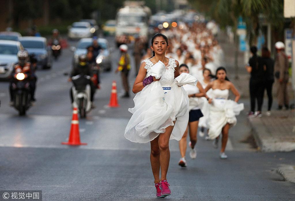 新娘街头提裙狂奔 泰国新娘赛跑争免费婚礼