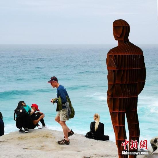 10月18日,第22屆澳大利亞邦迪海灘雕塑展在悉尼邦迪海灘開幕。圖為雕塑作品吸引參觀者。<a target='_blank' href='http://www.chinanews.com/'>中新社</a>發 王睿 攝