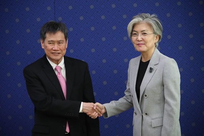 韩国外长康京和(右)日前在韩国首都首尔会见东盟秘书长林玉辉(左).图片