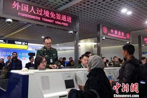 资料图:成都双流国际机场边检民警为入境旅客办理通关手续。<a target=&#39;_blank&#39; href=&#39;http://www.chinanews.com/&#39;>中新社</a>记者 王磊 摄