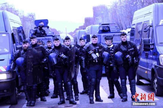资料图片:当地时间12月8日,巴黎发生新一轮大规模示威。这是巴黎连续第三个周六发生大规模示威,数以千计民众走上街头抗议,大批法国警察被部署在街头。中新社记者 李洋 摄