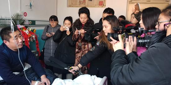 图一:媒体记者们采访仲桄维(左一)_副本.jpg