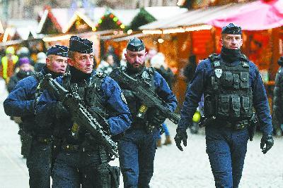 14 日,法国斯特拉斯堡遇袭圣诞市场重新开放,警察持枪巡逻加强安保。