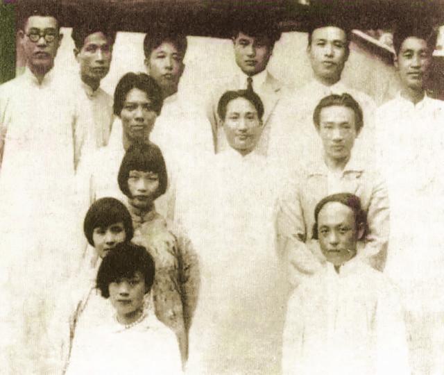 20世纪30年代,林风眠、潘天寿(后排左一)、李苦禅、李超士等在国立杭州艺专.JPG