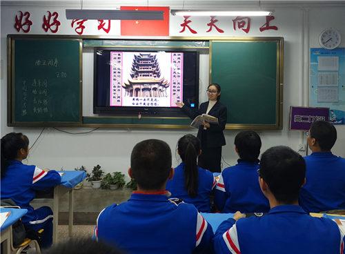 喀什市第十一中学的孙娜老师正在教授文言文.jpg