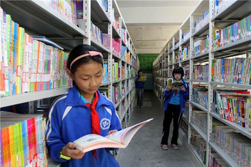 学生在图书室享受阅读的乐趣。目前,喀什市各中小学都有了自己的图书室。.jpg