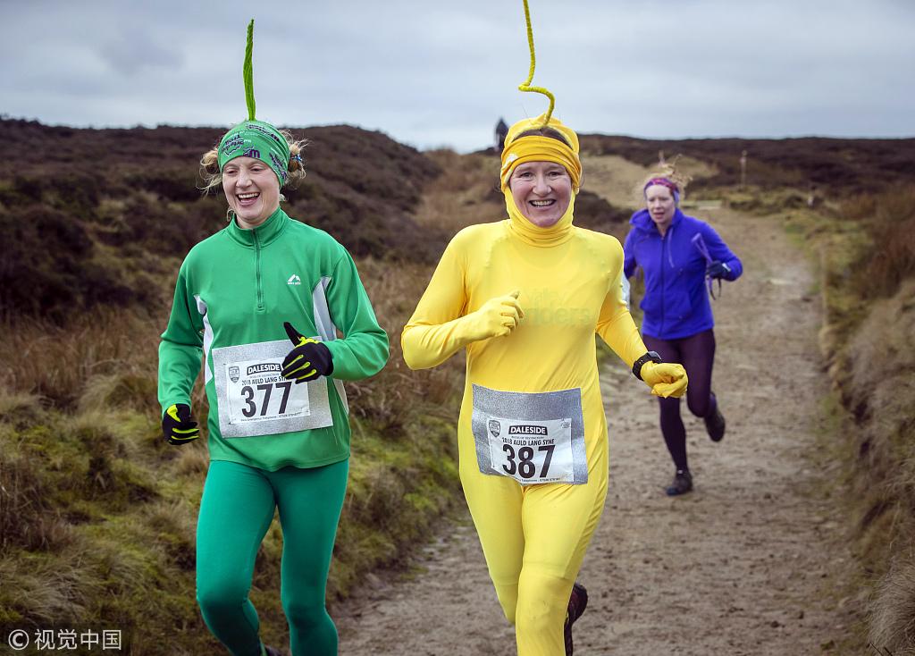 英国举办搞笑越野赛跑 参赛者各式奇装异服太奇葩