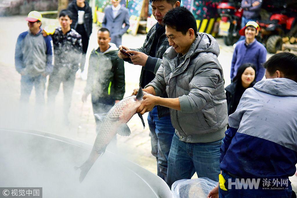 连年有余!广东3000斤鱼煮5吨鱼汤 万名游客品尝