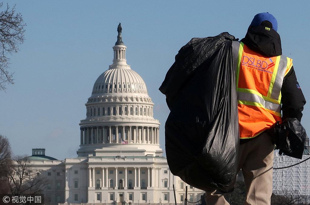 美政府部分停摆 工人无偿清理国家广场垃圾