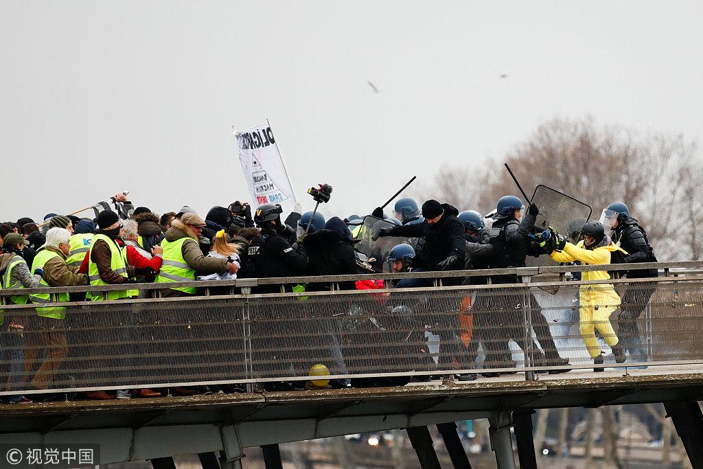 """法国""""黄背心""""运动示威现场:前拳击冠军猛打警察"""
