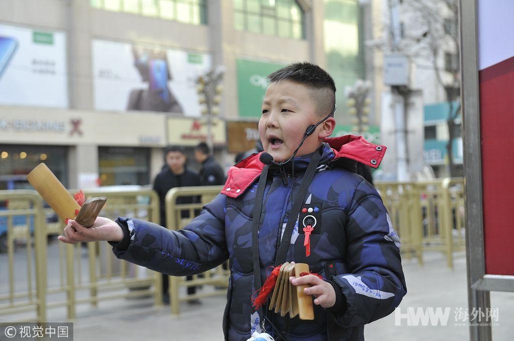 不想父母太辛苦 银川9岁男孩街头说快板赚学费