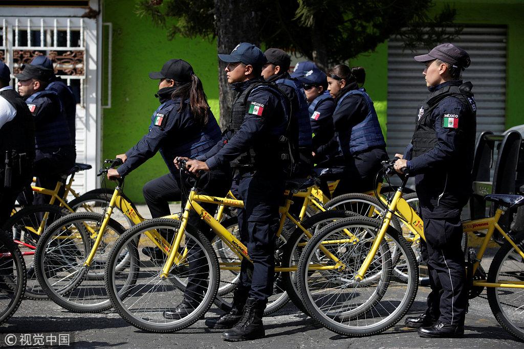"""墨西哥""""油荒""""加剧 警察骑自行车街头巡逻"""