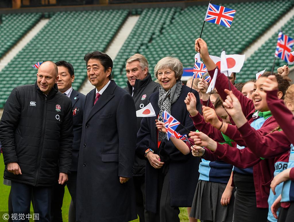 英日两国首相同行 特蕾莎·梅冻出鼻涕
