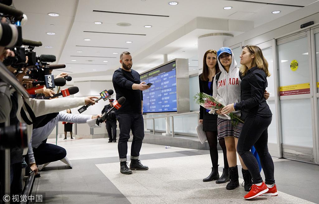 沙特逃亡少女抵达多伦多机场