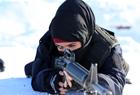 阿富汗女警伏地射击
