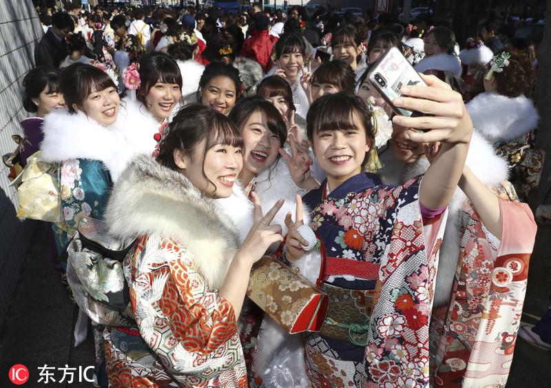 """日本女孩穿和服参加""""成人节""""庆祝仪式"""