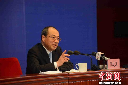 图为云南省省长阮成发在回答记者提问。 钟欣 摄