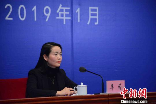 图为中共云南省委宣传部副部长、省政府新闻办主任李茜主持记者会。 钟欣 摄
