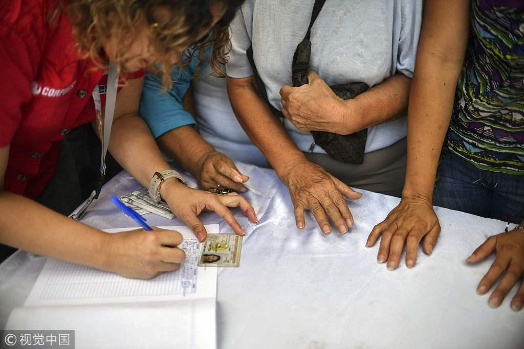 委内瑞拉民众集会签名 反对美国干涉内政