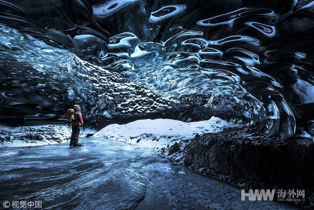 摄影师探秘冰岛冰川洞穴 晶莹剔透如琉璃世界