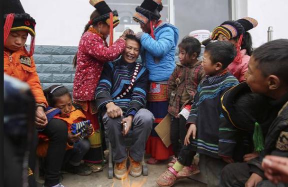 海拔2800的破烂牛棚教书 彝族教师感动万千网友