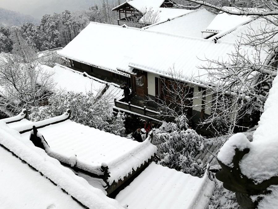 《灵岩瑞雪》
