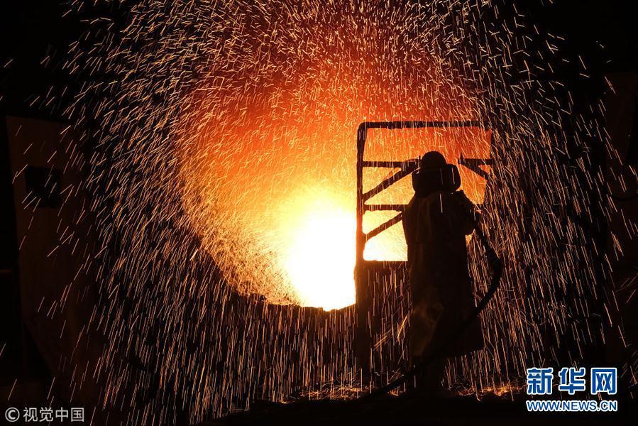 德国:工人顶着钢花四溅持续作业 场面震撼