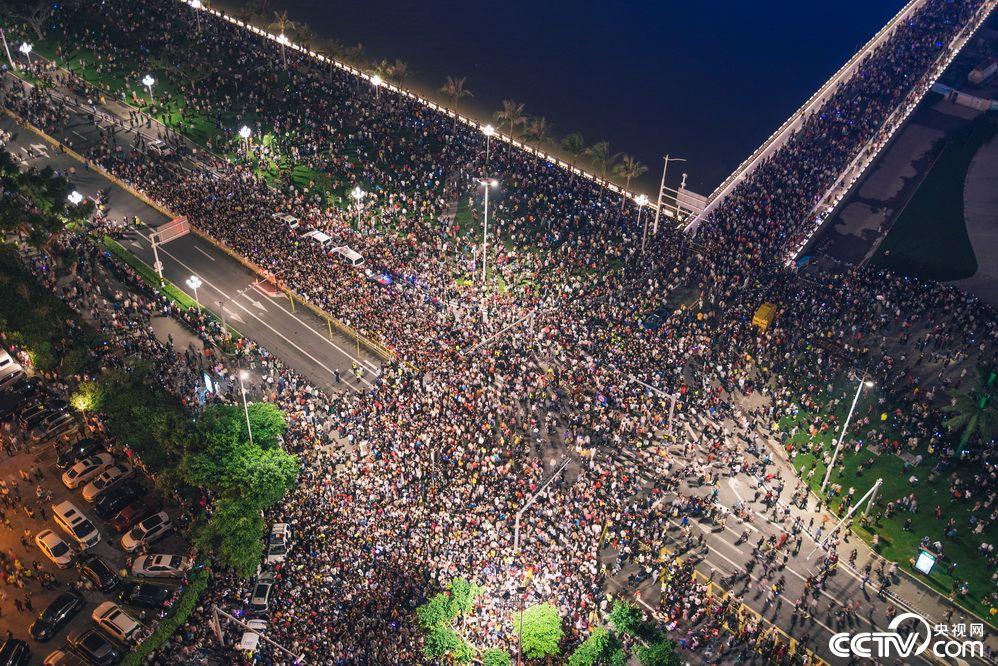 珠海举办建市40周年光影焰火秀 观众挤满街道(图)