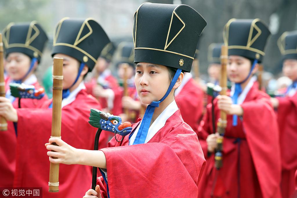 韩国成均馆举办春季祭典 学生着古装祭拜儒家先贤