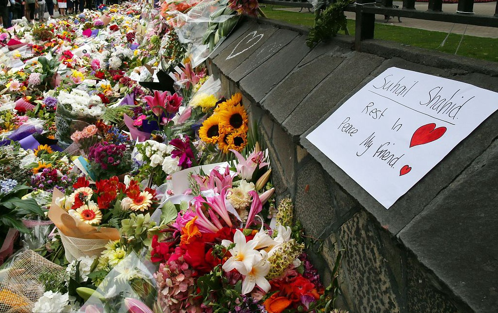 新西兰为枪击遇难者修墓地 民众持续献花悼念逝者