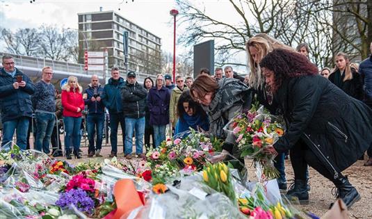 荷兰民众悼念电车枪击事件遇难者