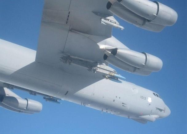 空系_美战略轰炸机疑挂弹闯俄边境 俄战机升空拦截对峙