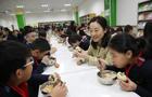 校领导陪学生食堂就餐