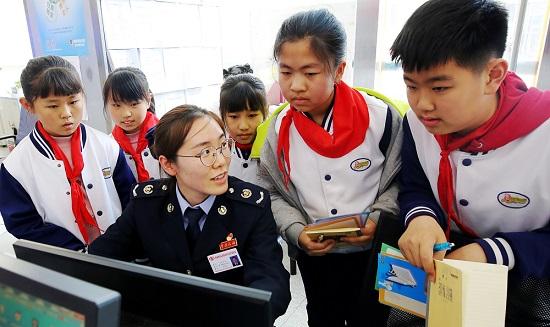 青岛:小学生走进办税服务厅体验快捷办税